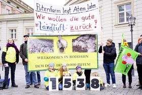 Übergabe der Petition für die Schließung der Putenmastanlage Roddahn in Potsdam am 16.1.19, Foto: BUND Brandenburg